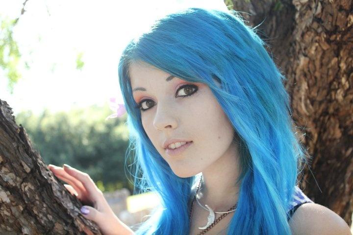 голубые волосы кому идут