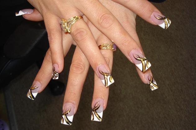 Ногти белые с золотым рисунком