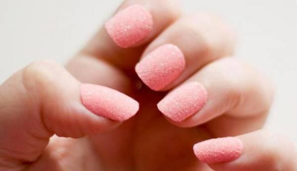 Маникюр с посыпкой на ногти