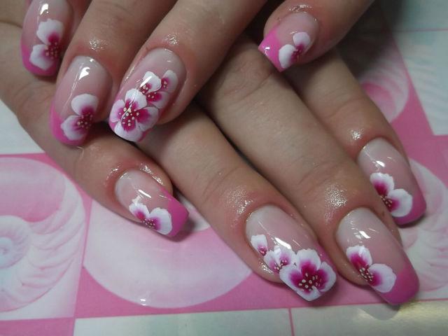 Ногти розовый френч с цветами