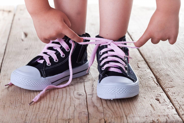 Image  result  for  ребенок  завязывает  шнурки