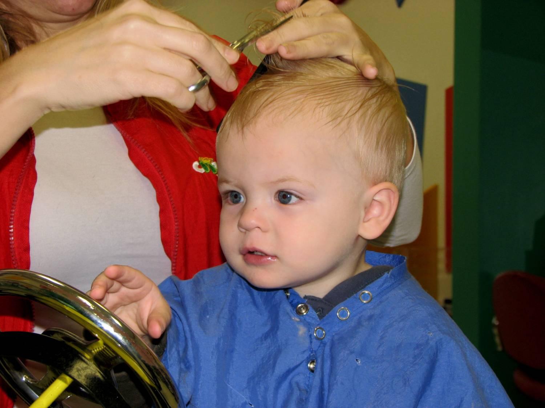 Смотреть Нужно ли стричь налысо ребенка в год: советы мамочкам от опытных парикмахеров видео