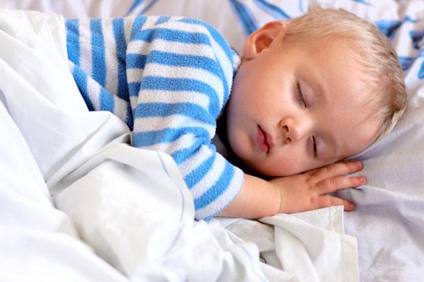 почему ребенок срыгивает после кормления через нос
