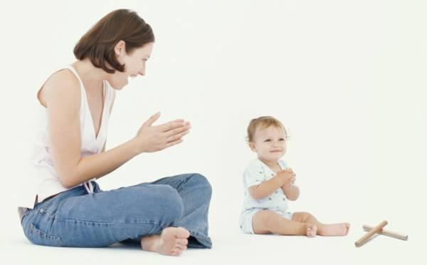 Как научить ребенка играть в ладушки