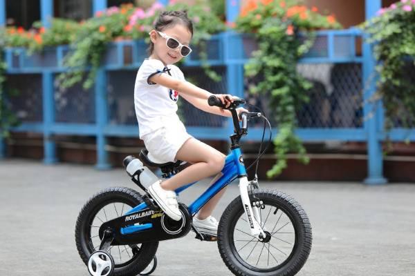в каком возрасте учить ребенка кататься на двухколесном велосипеде