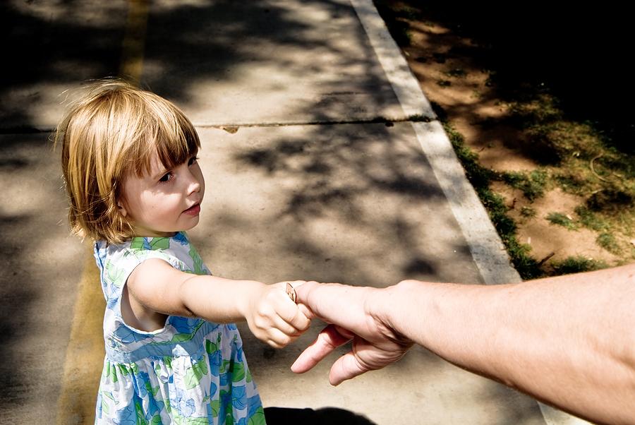 Ребенок не дает свои руки 960
