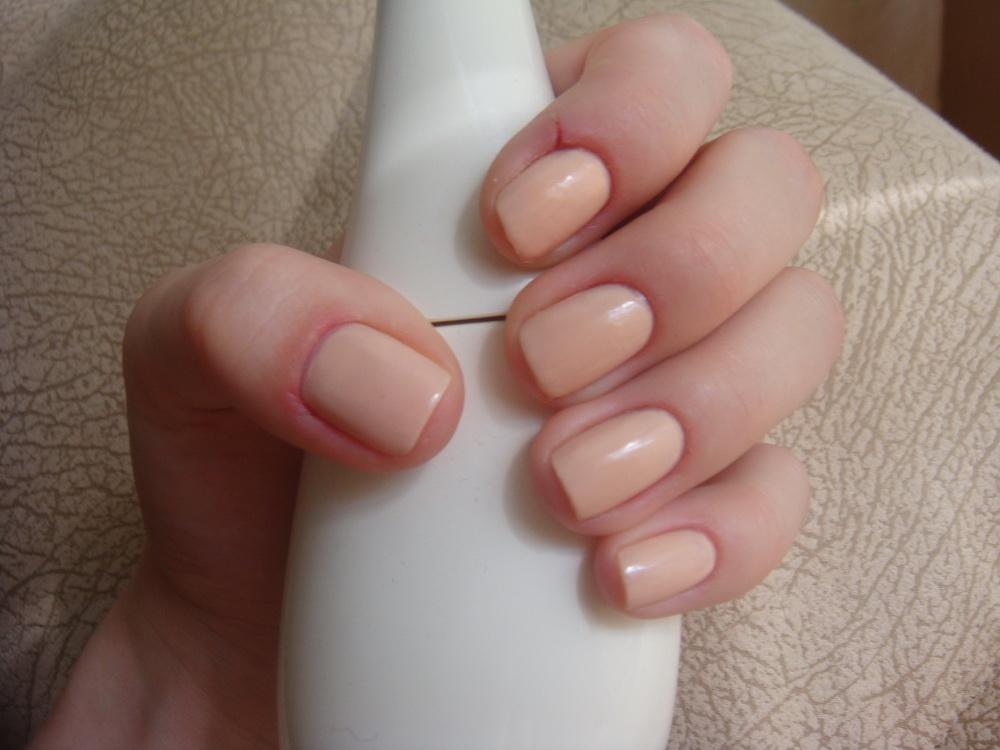 Маникюр на короткие ногти бежевым лаком