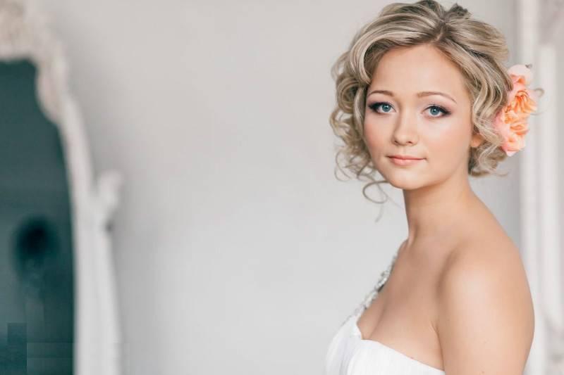 Прически невестам на короткие волосы фото
