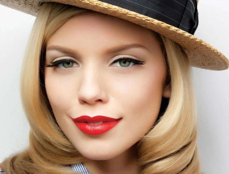 Макияж с яркими губами для брюнеток