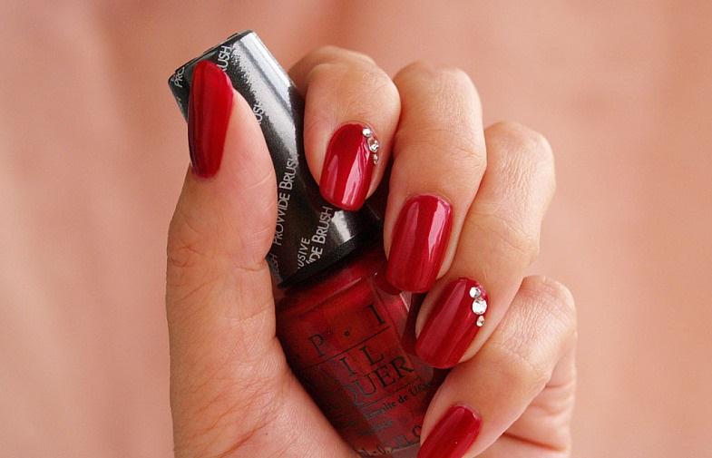 102Фото ногти красные с камушками