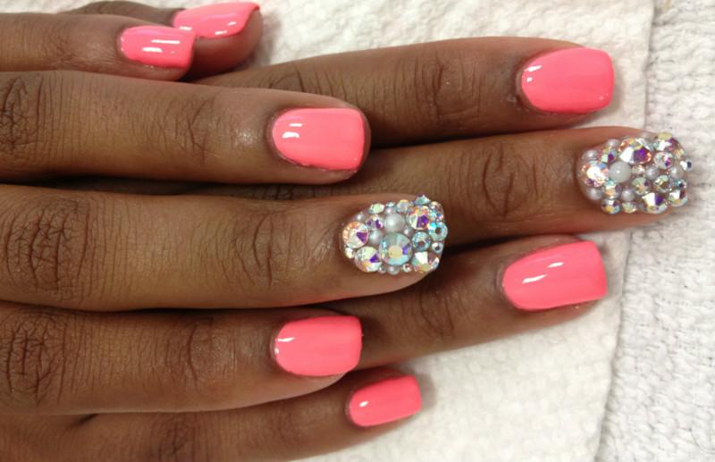 Розовый маникюр со стразами на одном пальце
