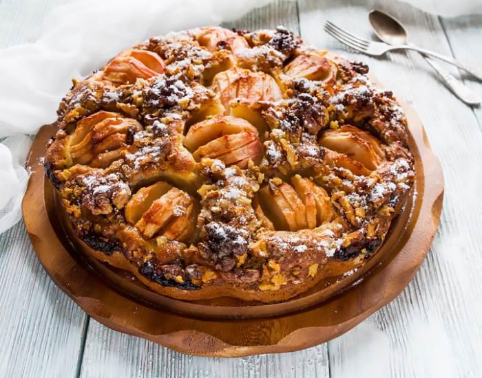 Медовый пирог с орехами и яблоками - рецепт с фотографиями