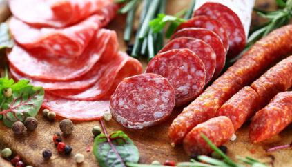 Оладьи с колбасой и помидорами как пицца на сковороде - рецепт пошаговый с фото