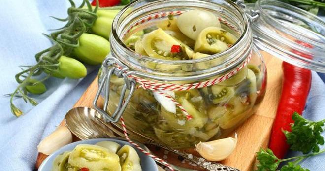 Салат из зеленых помидор в кастрюле