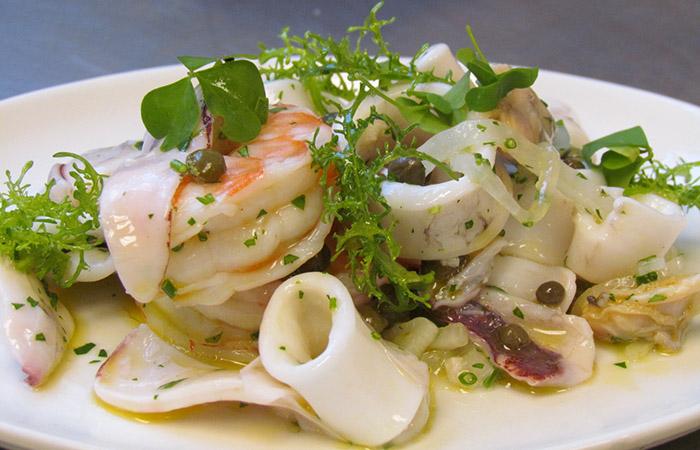 Салат из щупальцев кальмара консервированного