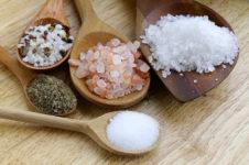 Яичница-болтунья с отрубным хлебом и сметаной - рецепт пошаговый с фото