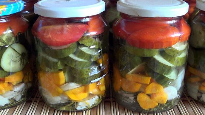 Вкусное ассорти из помидоров и огурцов на зиму