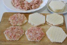 Закуска из вафельных коржей с фаршем индейки - рецепт пошаговый с фото
