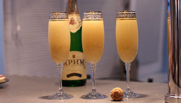 Коктейль с шампанским и клубникой