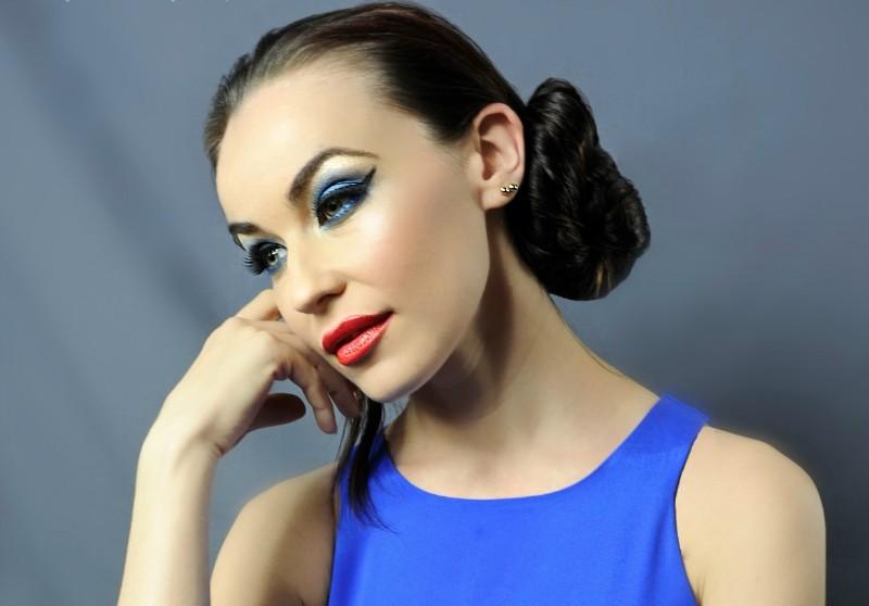 Цвет помады к синему платью